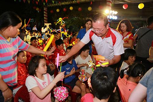 Ông Nguyễn Quốc Anh  Giám đốc Khối KHCN là gương mặt thân quen với các bé nơi đây, đại diện lãnh đạo HDBank tặng quà