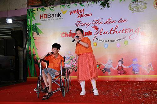 Hai em tại trung tâm lên biểu diễn một tiết mục dành tặng cho lãnh đạo, cán bộ - nhân viên HD Bank