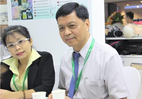 Ông Shueng Pei Wei (phải) - Trưởng đại diện Đoàn Y tế Đài Loan, trình bày những tiến bộ trong điều trị tim mạch và ung thư của Đài Loan.