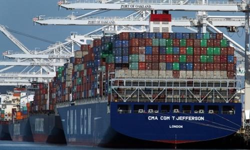 Tàu container đang dỡ hàng tại một cảng biển tại Oakland (Mỹ). Ảnh: AP