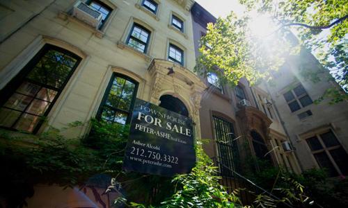 Việc mua nhà với người trẻ Mỹ khó vì nợ sinh viên và tiền trả trước lớn. Ảnh: CNBC