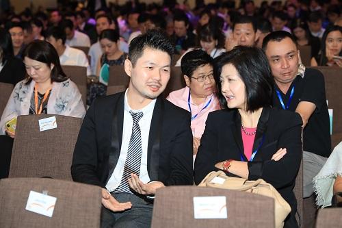 Ông Gary Chan và bà Carol Wan thảo luận tại sự kiện.