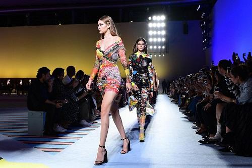 Bộ sưu tập xuân hè 2019 của Versace. Ảnh: Bloomberg