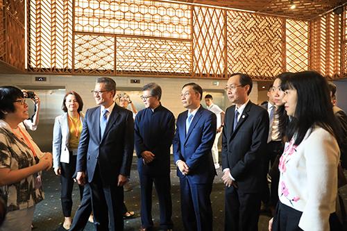 Các đại biểu tham quan gian hàng của doanh nghiệp Hong Kong tại sự kiện. Từ trái sang: ông Paul Chan, ông Vincent, ông Lê Hoài Trung và ông Lê Thanh Liêm (Phó Chủ tich thường trực UBND TP HCM).