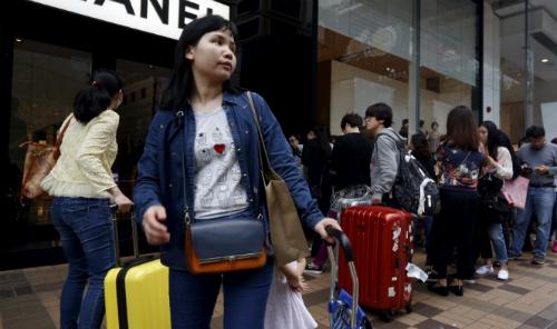 Người trẻ Trung Quốc mua hàng tại một cửa hàng Chanel