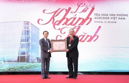 Ông Kajiwara Junichi - Tổng giám đốc Công ty cổ phần Acecook Việt Nam nhận bằng khen.