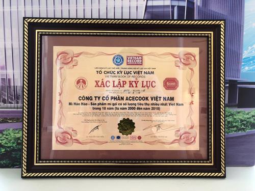 Chứng nhận xác lập kỷ lục mới của mì ăn liền Hảo Hảo do tổ chức Vietkings trao tặng.