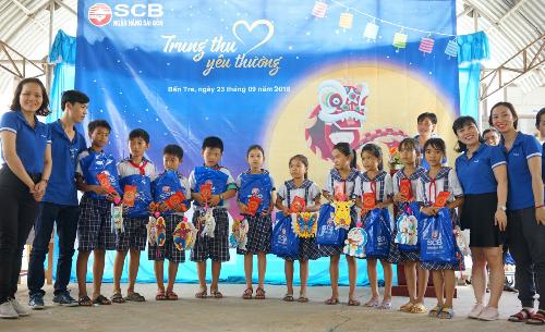 CBNV SCB Sài Gòn trao 300 phần quà cho các em học sinh trường tiểu học An Qui, xã An Qui, huyện Thạnh Phú, tỉnh Bến Tre.