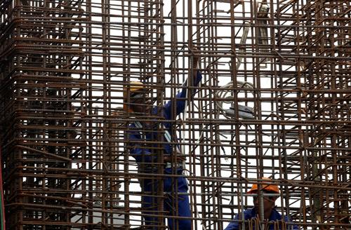 Công nhân thực hiện hàn cột tại một công trường xây dựng. Ảnh:Reuters