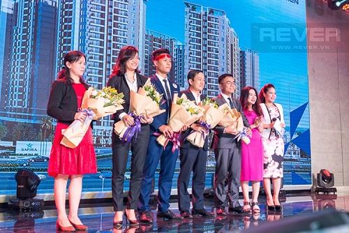 Đại diện Rever (ngoài cùng bên trái) lên nhận hoa từ chủ đầu tư Khang Điền trong lần hợp tác giới thiệu các căn hộ thuộc dự án SaFira.
