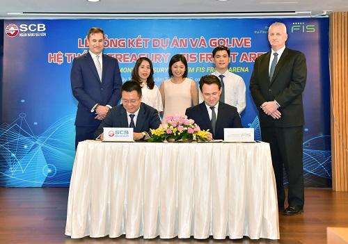 Ông Nguyễn Đức Hiếu - Phó Tổng Giám đốc SCB và Ông Rob MacKay đại diện FIS ký biên bản tổng kết dự án và bàn giao hệ thống Treasury FIS Front Arena