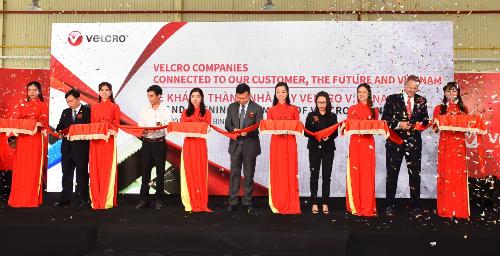 Khách mời danh dự và lãnh đạo công ty Velcro cắt băng khánh thành.