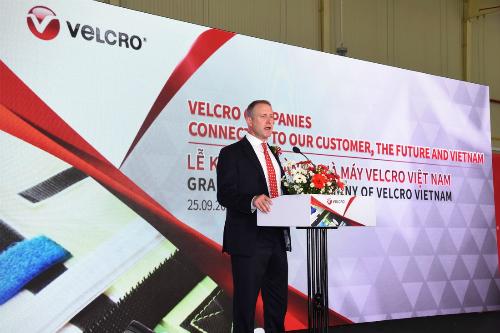 Ông Bryan Whitfield Giám đốc chiến lược toàn cầu công ty Velcro phát biểu.