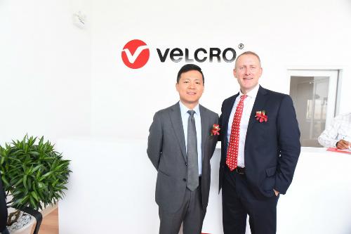 Ông Frank Liao - Chủ tịch Velcro APAC (trái) và ông Bryan Whitfield - Giám đốc chiến lược toàn cầu công ty Velcro (phải).