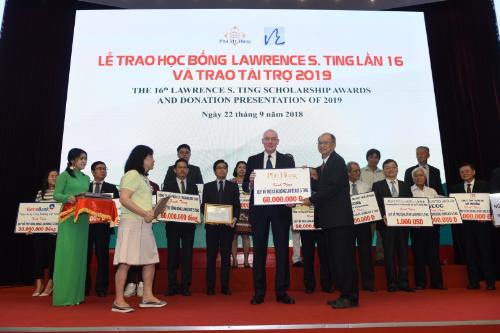 Ông Phan Chánh Dưỡng - Giám đốc Quỹ Lawrence S. Ting (phải) đón nhận tài trợ từ các doanh nghiệp.