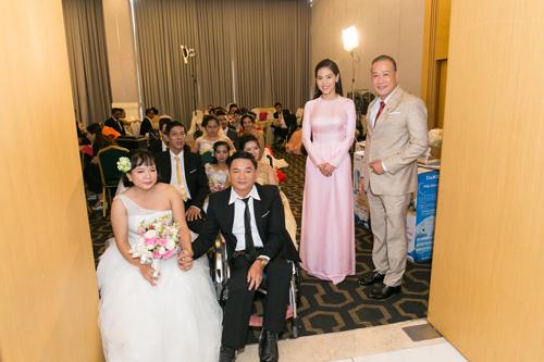 Ông Lê Như Hiếu - Phó Tổng giám đốc Công ty Cổ phần Ngọc trai Long Beach cùng bà Phạm Kim Dung - Tổng Giám đốc Công ty Sen Vàng bên cạnh 15 cặp đôi khuyết tật trong dự án Ngày hạnh phúc.