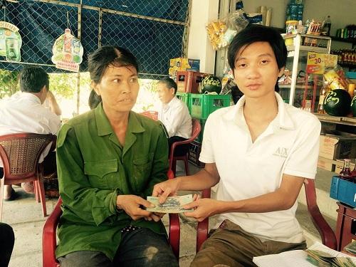 Doanh nghiệp của anh Trần Hữu Như Anh trao tặng số tiền cho đại diện người dân trồng dưa hấu.