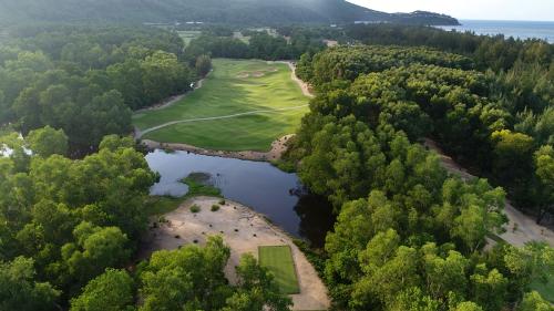 Sân golf thuộc khu phức hợp nghỉ dưỡng Laguna Lăng Cô hướng trực biển và khu biệt thự Banyan Tree Residences trên triền đồi.