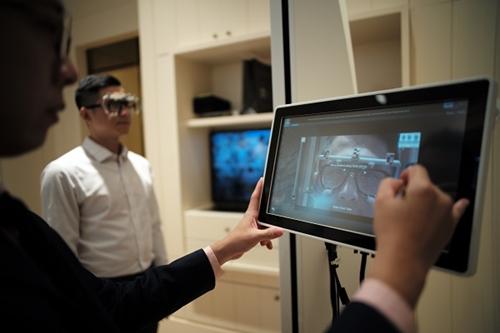 Hệ thống đo đạc các thông số của mắt để tạo ra tròng kính phù hợp với từng khách hàng.
