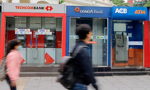 Một chuỗi ATM được đặttrên đường phố Hà Nội. Ảnh:Thanh Hải