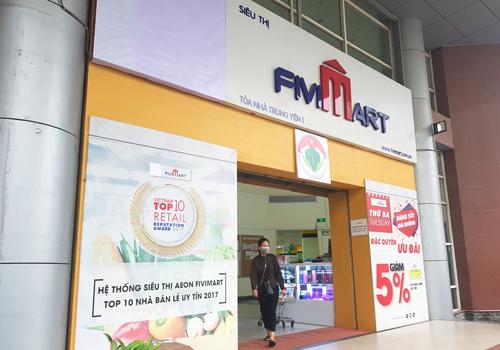 Các siêu thị của Fivimart đã che đi logo của Aeon (đặt tại góc trên cùng bên tay trái) trên biển hiệu. Ảnh: Minh Sơn.