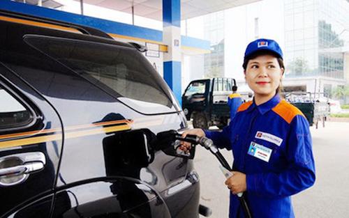 Nhân viên Petrolimex bơm xăng cho khách hàng.