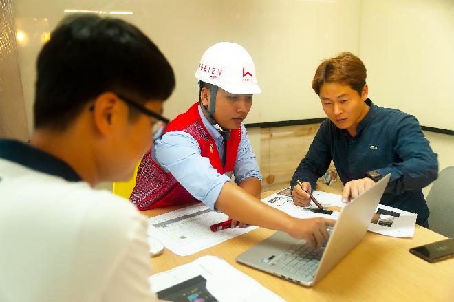 Đội ngũ của Hô Biến làm việc sát sao với khách hàng và nhà thầu để mang đến hiệu quả tốt nhất cho dự án. Ảnh: NVCC.