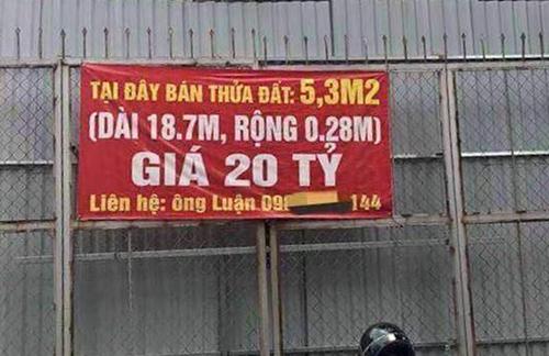 Tấm biển rao bán lô đất có diện tích 5,3 m2 trên đường Nguyễn Văn Huyên.