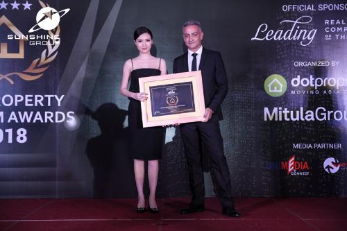 Nữ hoàng sắc đẹp toàn cầu 2016 Ngọc Duyên - Đại sứ thương hiệu Tập đoàn Sunshine Group, Giám đốc phát triển dự án Sunshine Marina Nha Trang Bay nhận giải thưởng của DOT Property Vietnam.