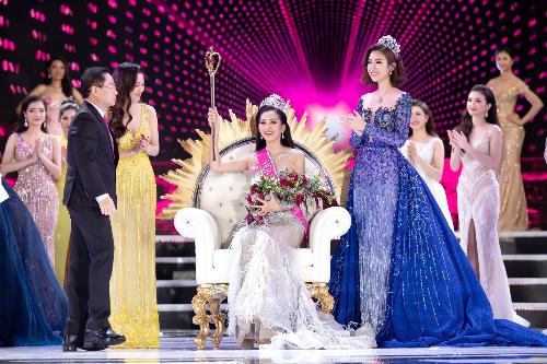 Tân Hoa hậu Việt Nam 2018 rạng rỡ trong giờ phút đăng quang với ghế và quyền trượng được chế tác bởi các nghệ nhân Qui Phúc lành nghề.