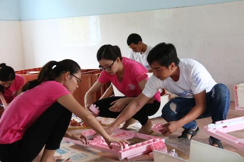 Các thí sinh Hoa hậu Việt Nam 2018 cùng Công ty Qui Phúc chuẩn bị vật dụng cho trường mầm non Bản Lắp 1 trong dự án Những bước chân vui.