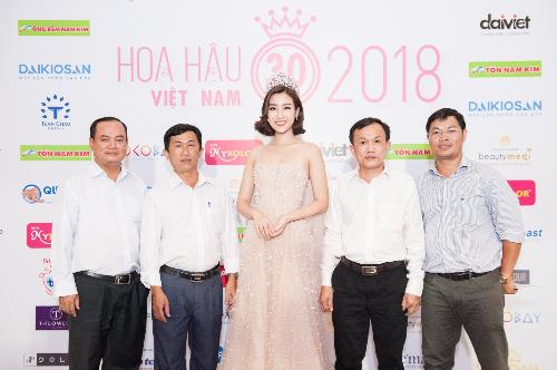 Đại diện Công ty Qui Phúc và Đại sứ Thương hiệu Đỗ Mỹ Linh tại Họp báo Chung kết Hoa hậu Việt Nam 2018.