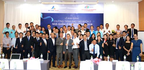 Các cán bộ tiềm năng cùng đại diện lãnh đạo Tập đoàn Đất Xanh tại lễ khai giảng khóa đào tạo Nhà quảng lý tài năng.
