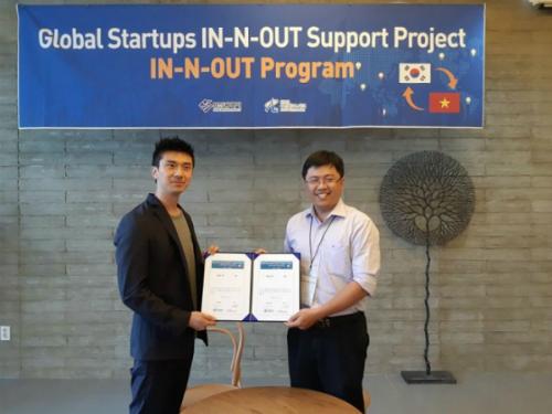 Phùng Khắc Huy - CEO Ship60 ký kết biên bản hợp tác với các doanh nghiệp Hàn Quốc trong chương trình xúc tiến thương mại theo lời mời của chính quyền Busan, Hàn Quốc.