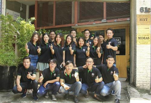 CEO Trương Công Hải (hàng dưới, ngoài cùng) và các cộng sự của dự án Trợ lý ảo Hana. Theo vị CEO 8x, giải thưởng trong cuộc thi Startup Việt mang tới những giá trị về thương hiệu và thị trường cho startup. Startup được nhiều khách hàng biết tới và hỗ trợ nhiều trong việc phát triển kinh doanh.
