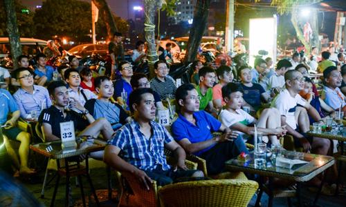 Khán giả tập trung xem bóng đá ở quán cà phê tại Hà Nội. Ảnh: AFP.