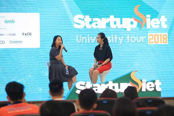 Bà Ngô Thùy Ngọc Tú (trái)- đồng sáng lập kiêm Giám đốc chiến lược và sản phẩm của Tổ chức giáo dục Yola chia sẻ kinh nghiệm khởi nghiệp cùng sinh viên. Ảnh: Hữu Khoa.
