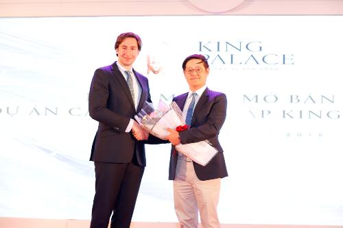 Ông Kim Jae Hoon (bên phải), đại diện cộng đồng người Hàn Quốc đặt mua 65 căn hộ King Palace ngay tại sự kiện mở bán.