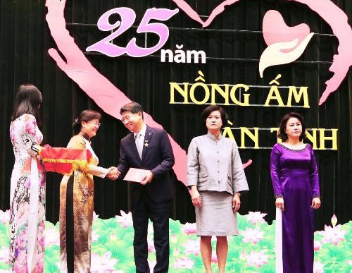 Ông Back Jong Kook, Chủ tịch HĐTV kiêm Tổng giám đốc Hanwha Life Việt Nam nhận huy hiệu vì có thành tích đóng góp cho sự nghiệp xây dựng và bảo vệ TP HCM.