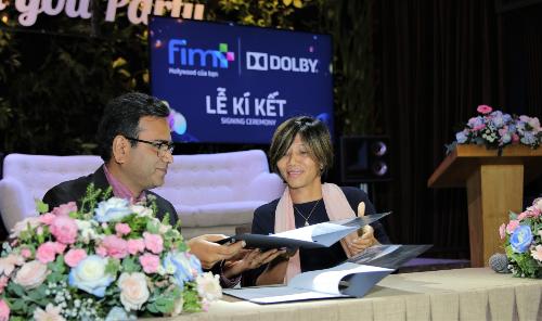 Hình ảnh ký kết giữa Công ty CP Fim Plus và Công ty âm thanh Dolby Laboratories.