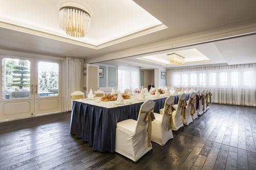 sắp xếp mô hình cuộc họp với dạng chữ U, rạp hát hay lớp học, khách sạn còn linh động đáp ứng theo yêu cầu của khách hàng, mang lại trải nghiệm tốt nhất cho khách tham dự tiệc.