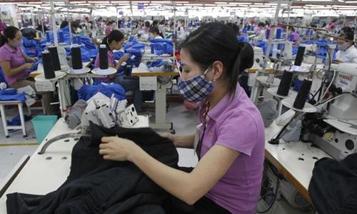 Công nhân trong một nhà máy may ở ngoại thành Hà Nội. Ảnh: Reuters