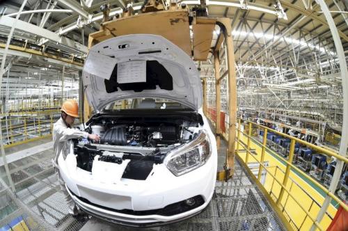 Công nhân trong một nhà máy ôtô tại Trung Quốc. Ảnh: Reuters