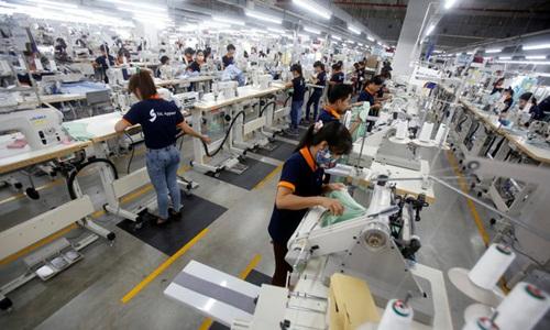 Công nhân làm việc tại một nhà máy dệt may. Ảnh: Reuters.