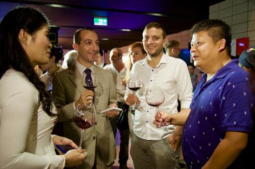 Nhiều khách mời tại sự kiện yêu thích hương vị vang Italy.