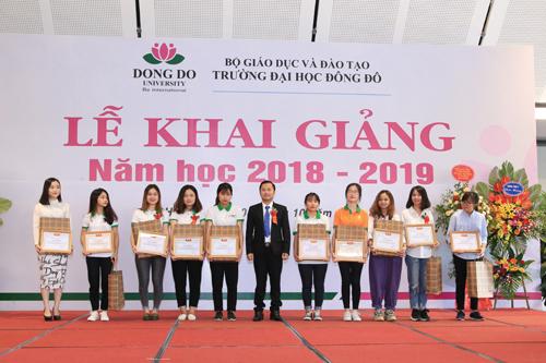 TS. Dương Văn Hòa, Hiệu trưởng tao bằng khen và phần thưởng cho các em sinh viên.