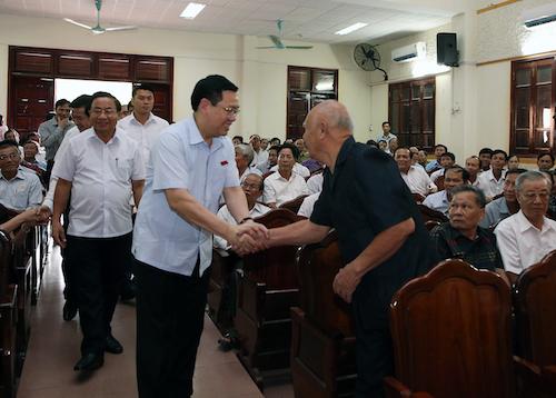 Phó thủ tướng Vương Đình Huệ bắt tay, gặp gỡ cử tri thị xã Hồng Lĩnh (Hà Tĩnh). Ảnh: Chung Thành