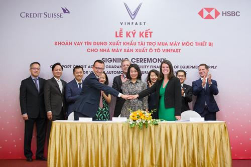 Đại diện VinFast ký kết khoản vay tín dụng trị giá gần một tỷ USD để mua thiết bị.