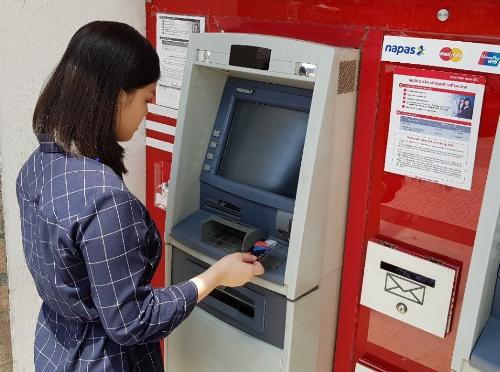 Người dùng hiện nay hiểu rõ những khoản phí phải trả cho một lần sử dụng dịch vụ ngân hàng