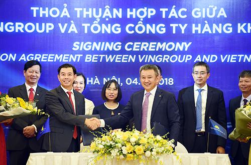 Ông Dương Trí Thành - TGĐ Vietnam Airlines và ông Nguyễn Việt Quang, Phó Chủ tịch kiêm TGĐ Tập đoàn Vingroup ký kết và trao đổi thỏa thuận hợp tác dưới sự chứng kiến của các đại diện lãnh đạo hai bên.